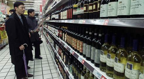 TO GO WITH FEATURE FOOD-CHINA-WINE - CHINESE SHOPPERS LOOK AT WINES AT A SHANGHAI SUPERMARKET.