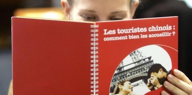 5470168-ces-zeles-guides-pour-chinois-qui-sevissent-aux-galeries-lafayette