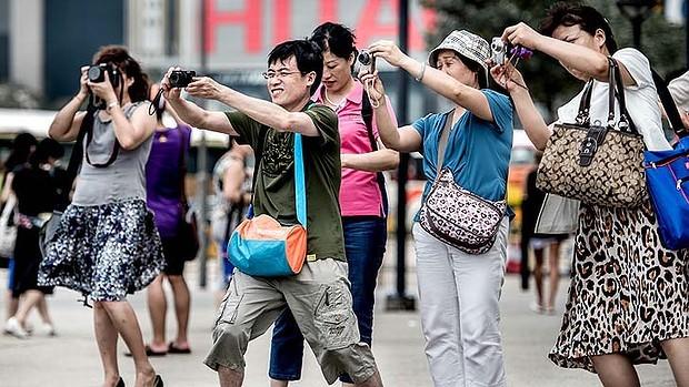 art-Tourists-Cameras-620x349