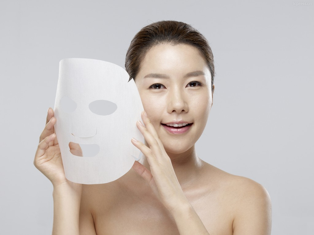 A chinese girl use facial mask