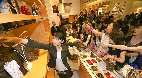 Chinese customers select the luxury Louis Vuitton luggage at the first franchise store in Nanjing, in China's eastern Jiangsu Province, Wednesday, July 25, 2007. The franchise store is the seventeenth one in China.