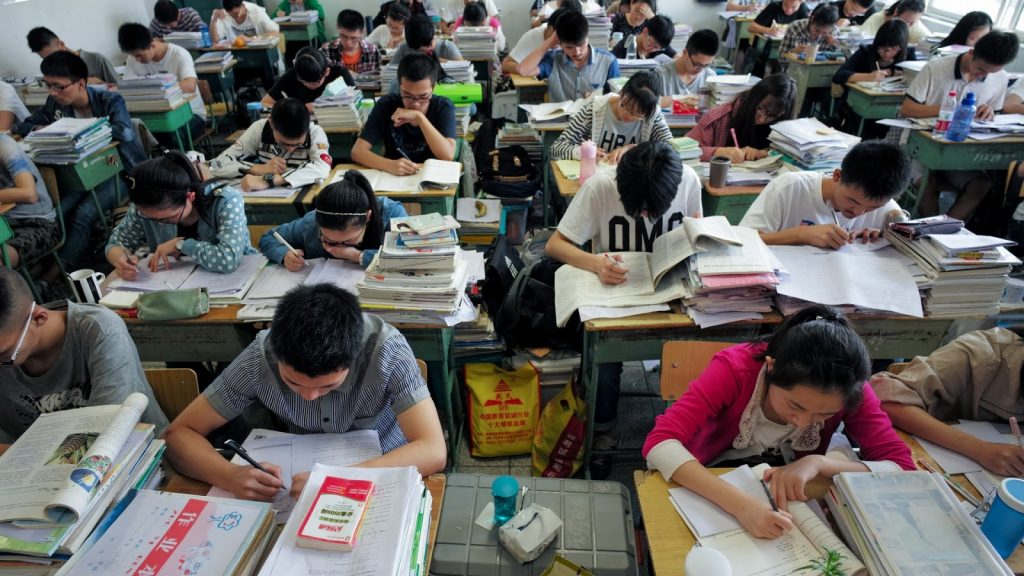 Chinese students studying for the Gaokao (©  新华网)